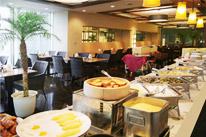 さわやかな陽光が差し込むプールサイドのダイニングレストランで優雅な朝食