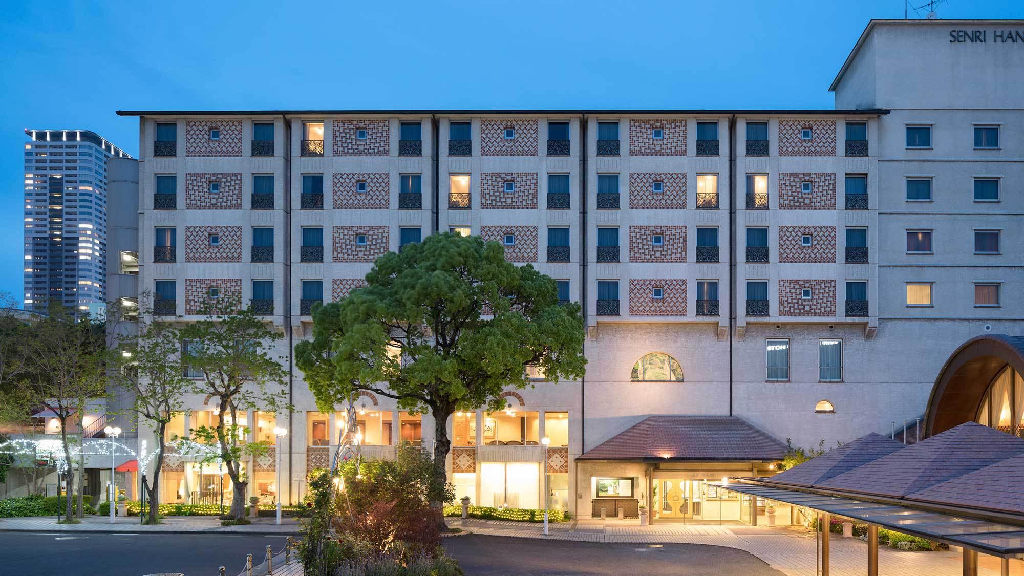 14f478e64b41f2 千里阪急ホテル学術文化都市千里に位置する緑の中のアーバンリゾート。しかも新大阪駅や伊丹空港から20分圏内と交通手段も至極便利な立地条件