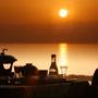 海に沈む夕日の美しさを眺めながらの夕食。夕食会場は携帯やカメラを片手に撮影会に!